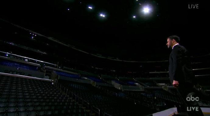 组图:孤独的艾美奖开场!吉米亮相观众席仅贝特曼与纸牌人嘉宾