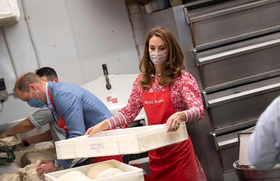 组图:威廉王子夫妇面包房甜蜜互动 凯特王妃一袭红裙知性优雅