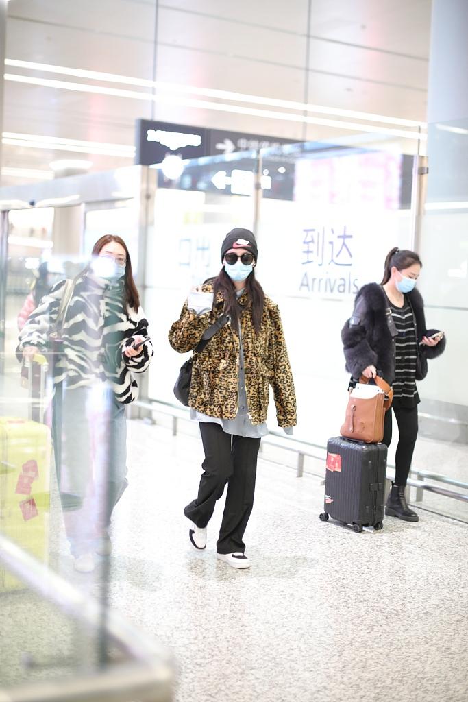 组图:赵小棠穿豹纹外套亮相机场 对镜打招呼心情好