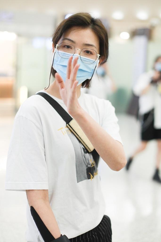組圖:萬茜黑白配造型酷颯十足 戴文藝眼鏡對鏡招手心情佳