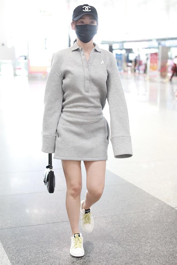 组图:袁姗姗oversize卫衣裙太有范 下衣失踪秀美腿白细修长