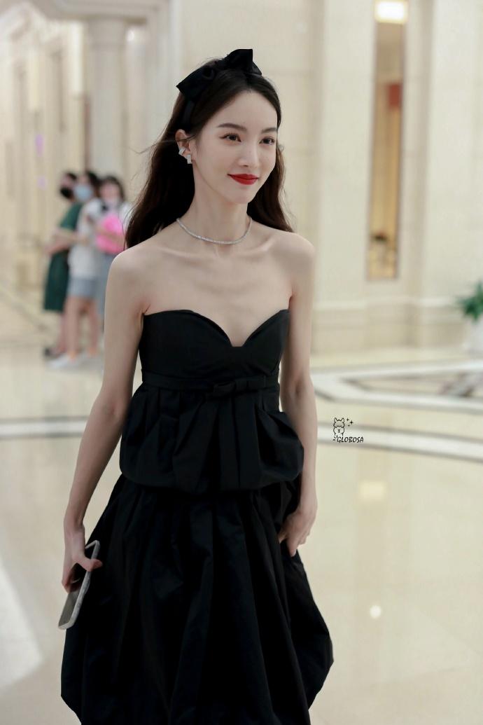 佟丽娅黑色抹胸长裙秀肩颈线条 金晨化身复古女郎白到发光