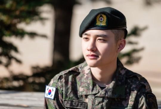 组图:EXO都暻秀军营照公开 穿军装戴军帽目光坚定