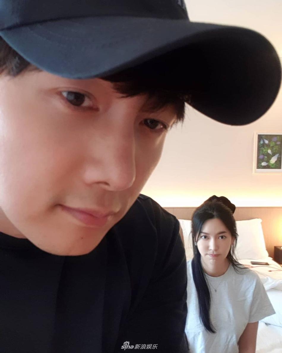 组图:金素妍结束《顶楼》拍摄 与老公李尚禹外出度假
