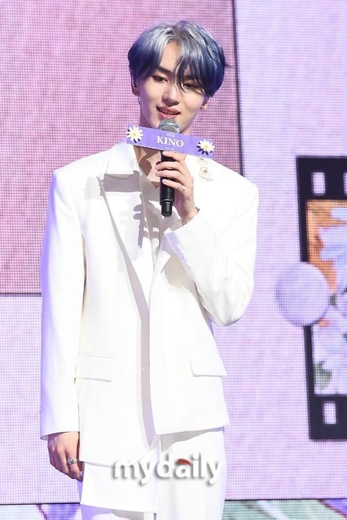 組圖:韓男團PENTAGON發新專輯 白衣造型手拿花朵眼神溫柔