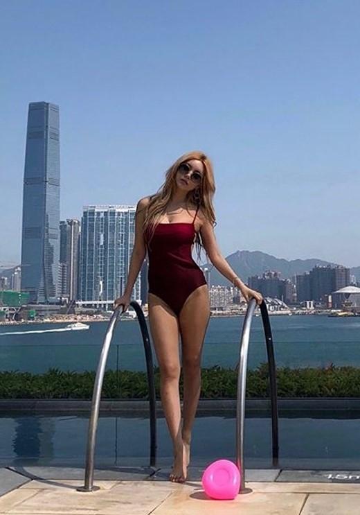 T-ara李居丽晒泳装写真 大秀傲人身材