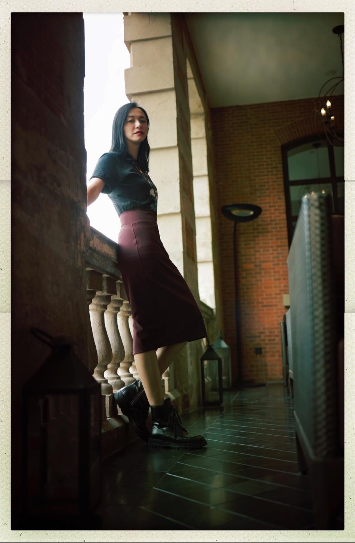 组图:姚晨黑T枣红直筒裙复古优雅 站窗台沐浴阳光笑容温暖