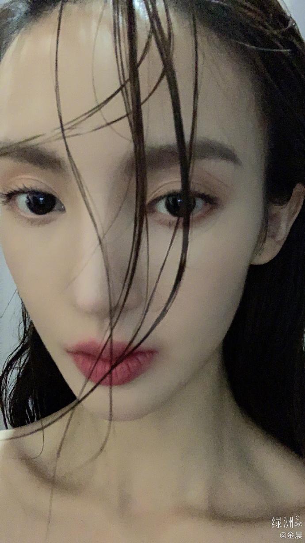 """组图:金晨绿洲晒湿发照调侃""""新刘海不错"""" 奶油肌眼神撩人性感"""