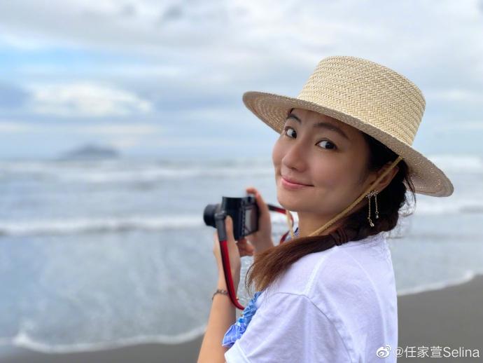 组图:Selina海边拍写真休闲惬意 戴草帽编麻花辫少女感足