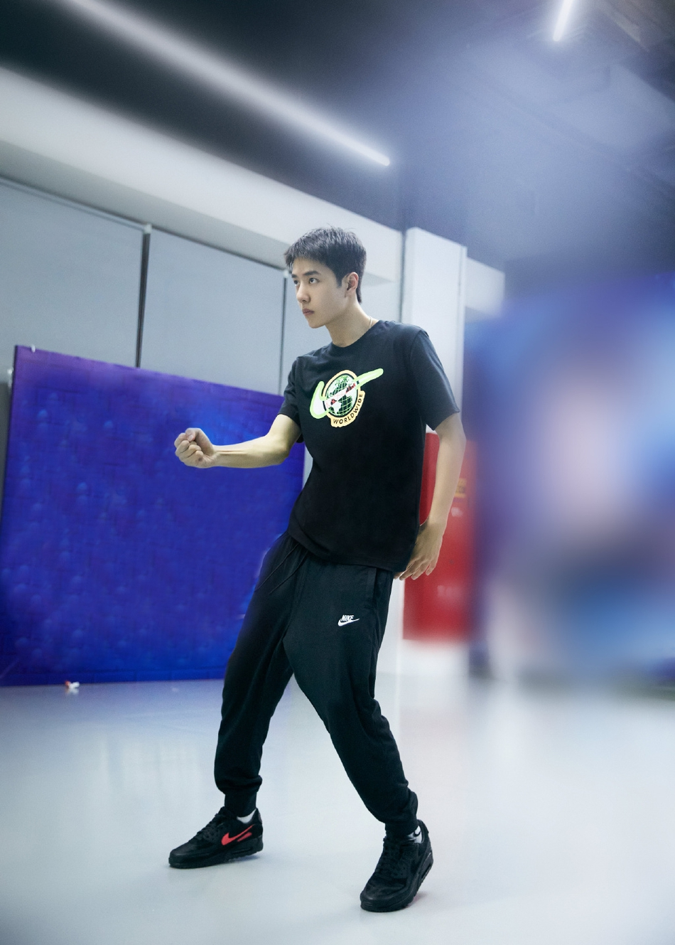 组图:王一博练习室练舞眼神坚定 黑T配短发干练帅气