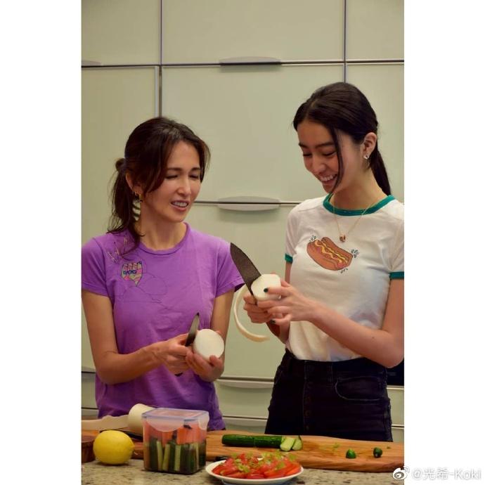 木村光希与妈妈工藤静香一起做晚饭 母女合作画面有爱