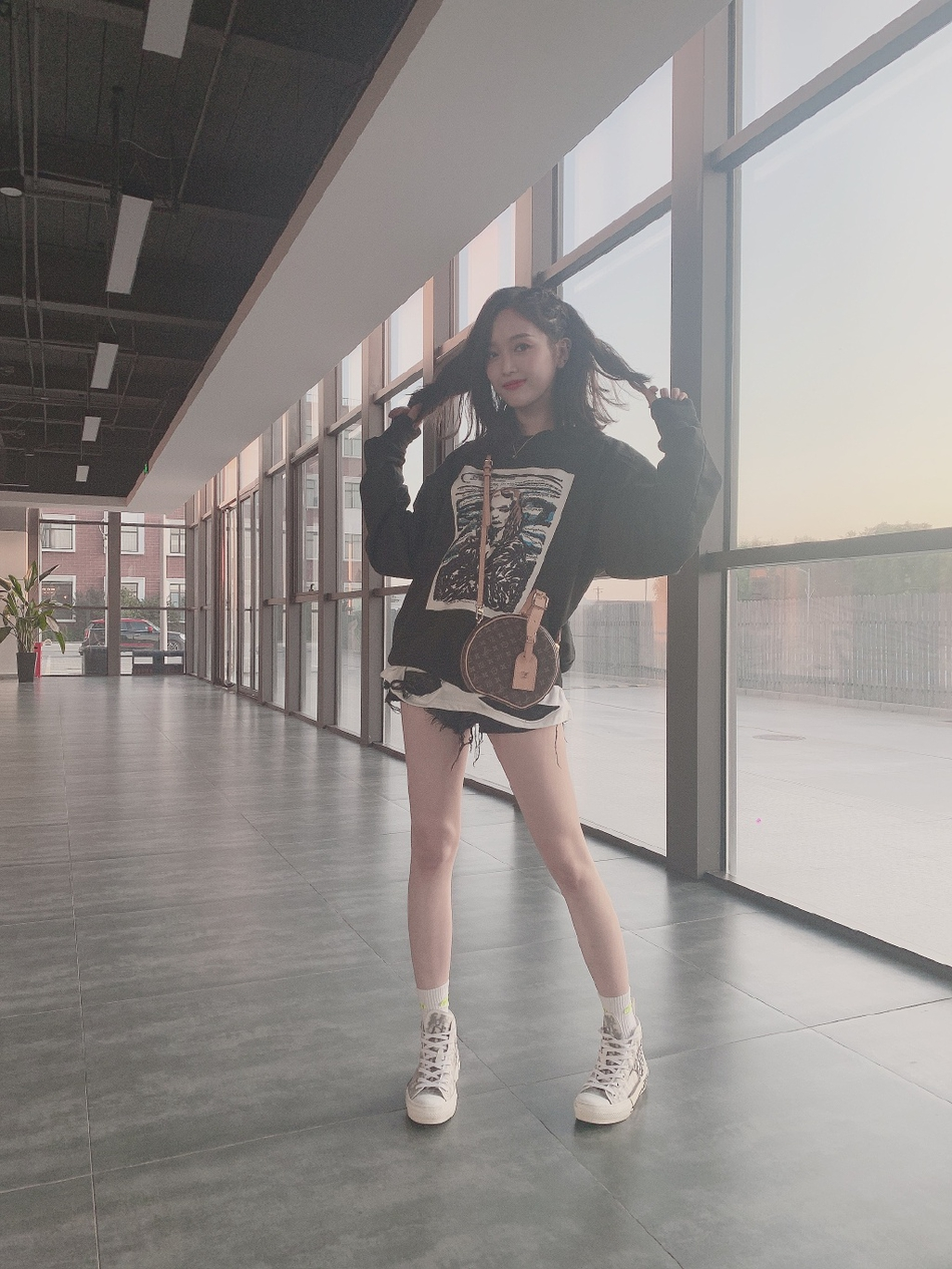 吴宣仪晒近照载歌载舞 黑色卫衣搭配热裤长腿吸睛