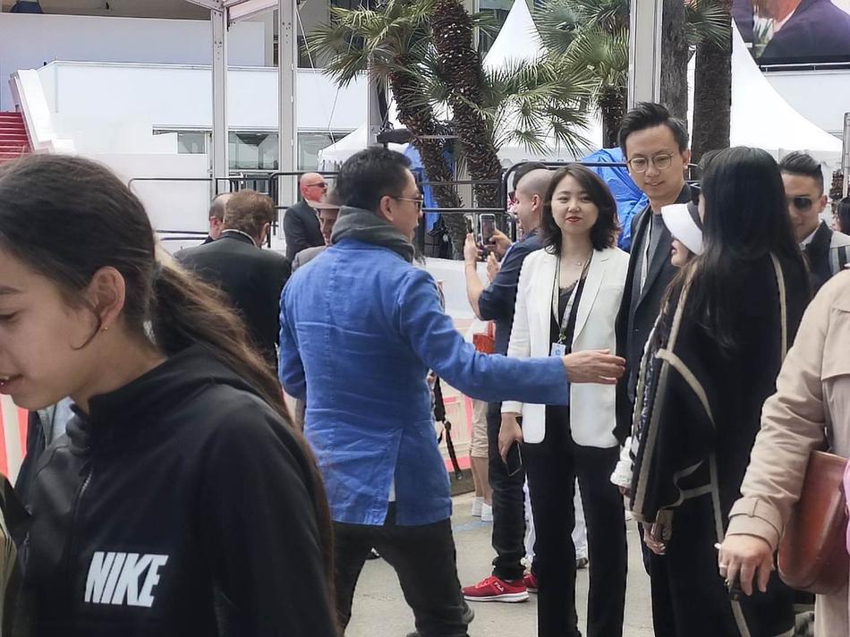 组图:王中磊一家三口现身戛纳电影节 王文也为父母拍照