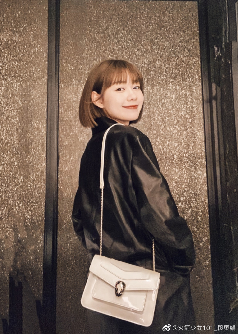 段奥娟白色衬衫帅气迷人 回眸一笑元气满满