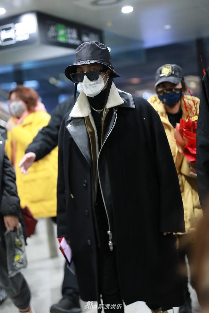 组图:檀健次帽子墨镜遮面低调出行 黑色大衣身材颀长走路带风
