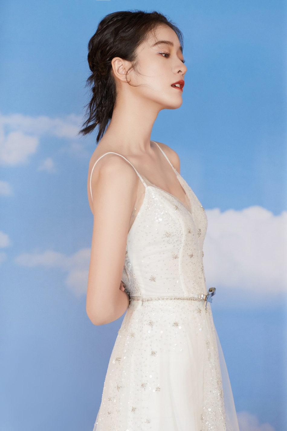 组图:冰雪公主!张雪迎轻纱吊带裙温柔浪漫 大秀美背性感撩人