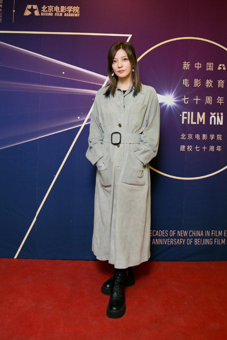 组图:44岁赵薇灰色口袋拼接风衣干练优雅 笑容温柔状态超好