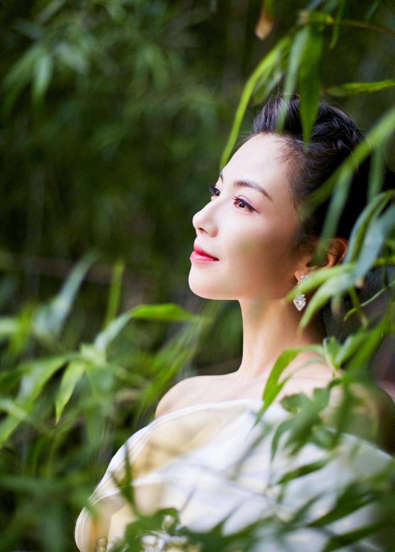 组图:刘涛单边浮云袖礼服出席白玉兰颁奖礼 白色长裙大气端庄