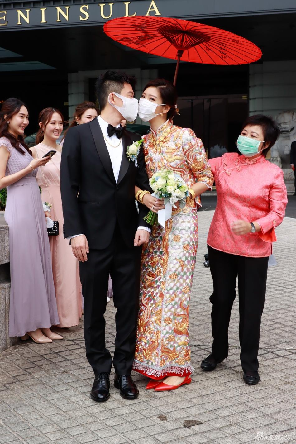 组图:陈家乐旧爱余香凝嫁大13岁圈外男友 穿中式刺绣礼服超贵气