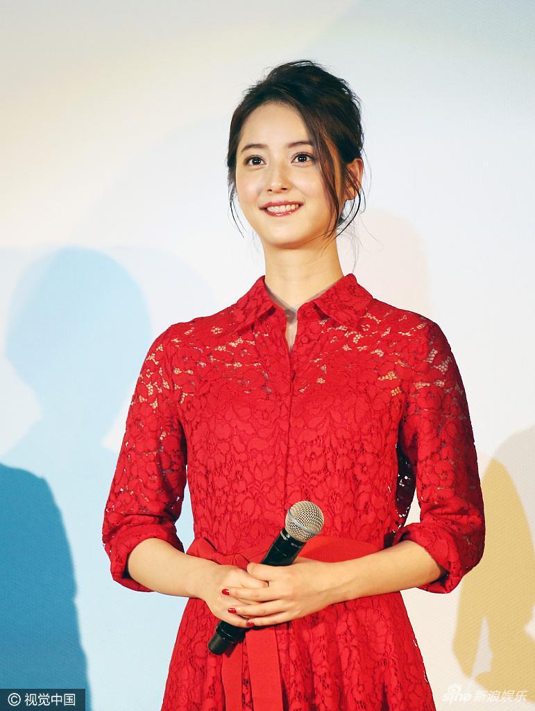佐佐木希穿红裙似出嫁新娘