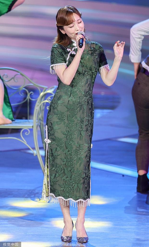 组图:金莎甜美亮相金鸡奖 穿墨绿色旗袍典雅高贵