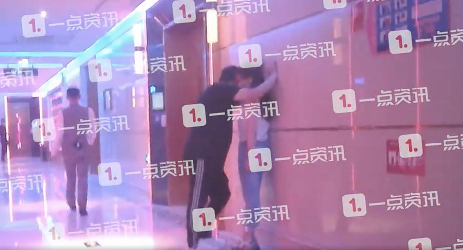 """王岳伦与女性友人举止异常亲昵 在KTV里大玩""""壁咚"""""""