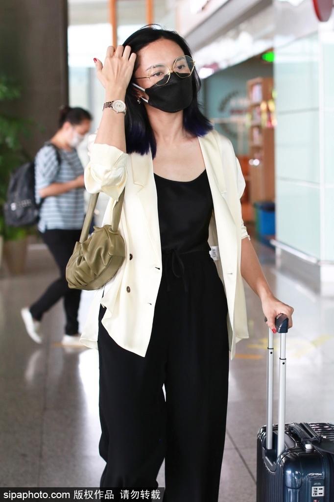 组图:姚晨戴眼镜穿米色西服外套搭黑色长裤 干练风范尽显