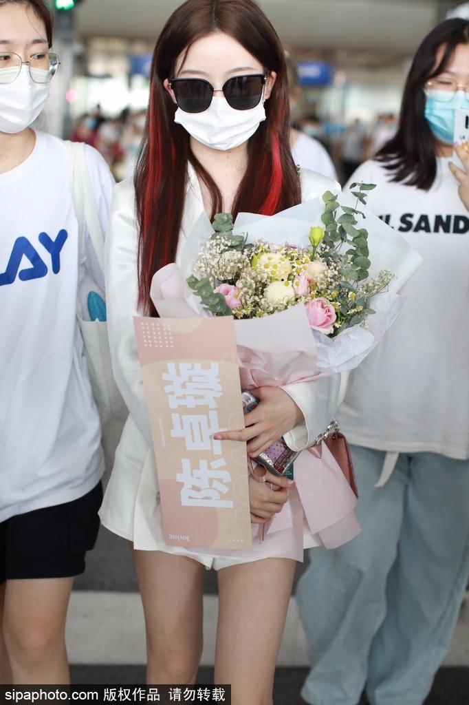 组图:硬糖少女陈卓璇穿短裙秀美腿 手捧花束获粉丝一路跟拍