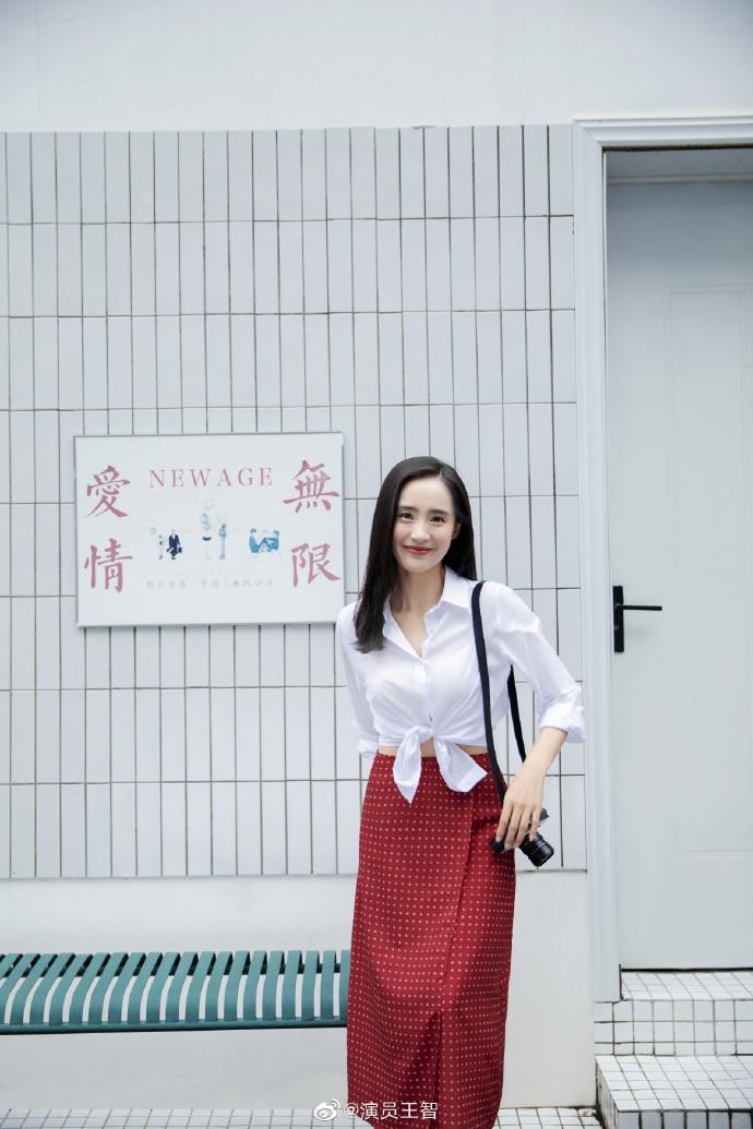组图:王智穿白衬衫搭红色复古波点裙 背相机笑容灿烂元气满满