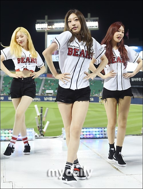 韩国女团SONAMOO任棒球比赛特别嘉宾