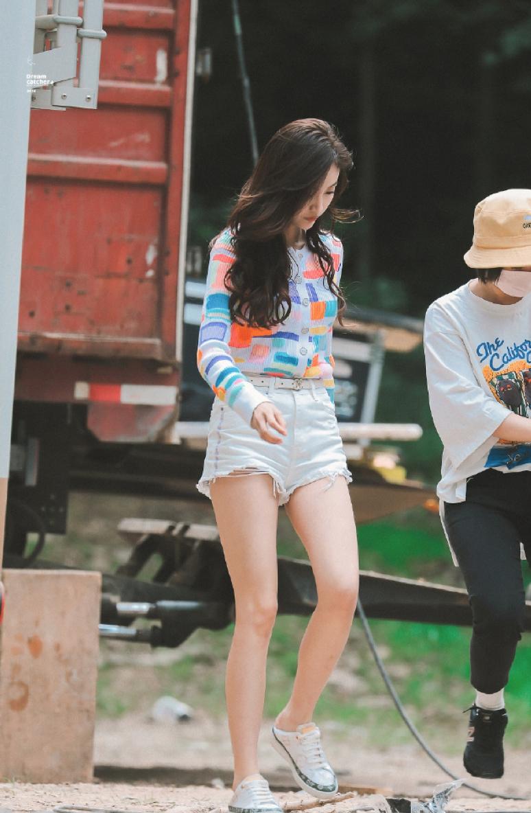 组图:吴宣仪彩色针织衫青春活力 白色超短裤尽显修长美腿