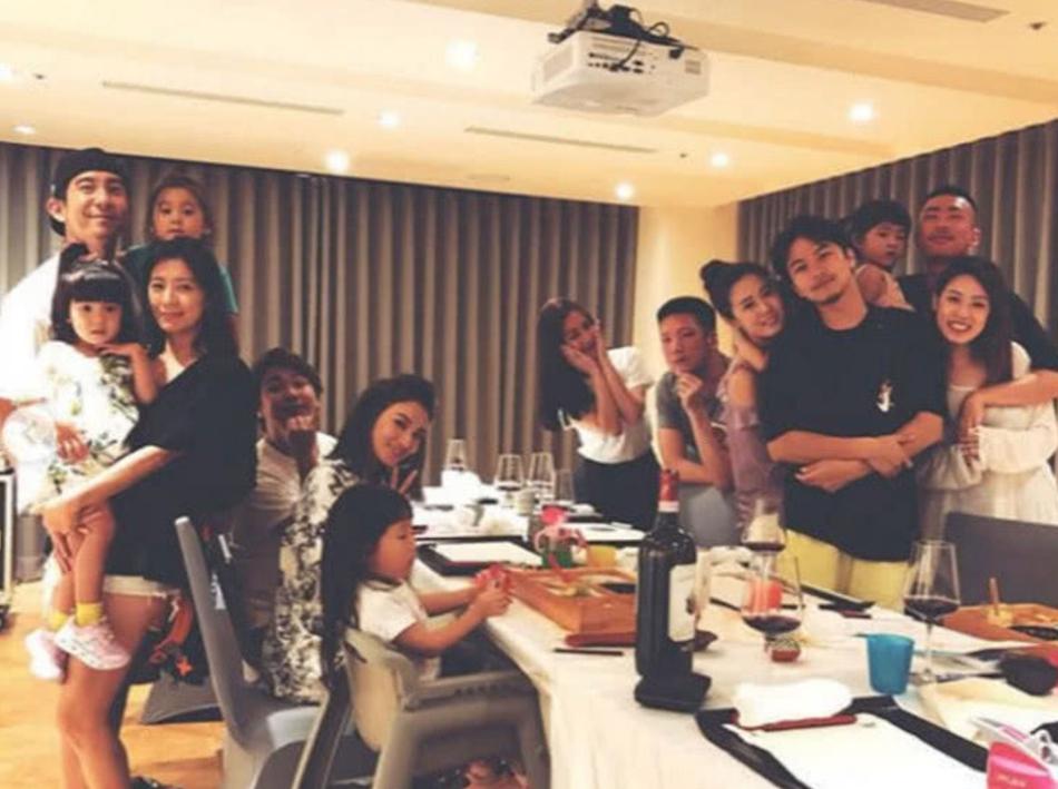 组图:贾静雯一家与朋友聚会 咘咘颜值高波妞摆pose成全场最佳