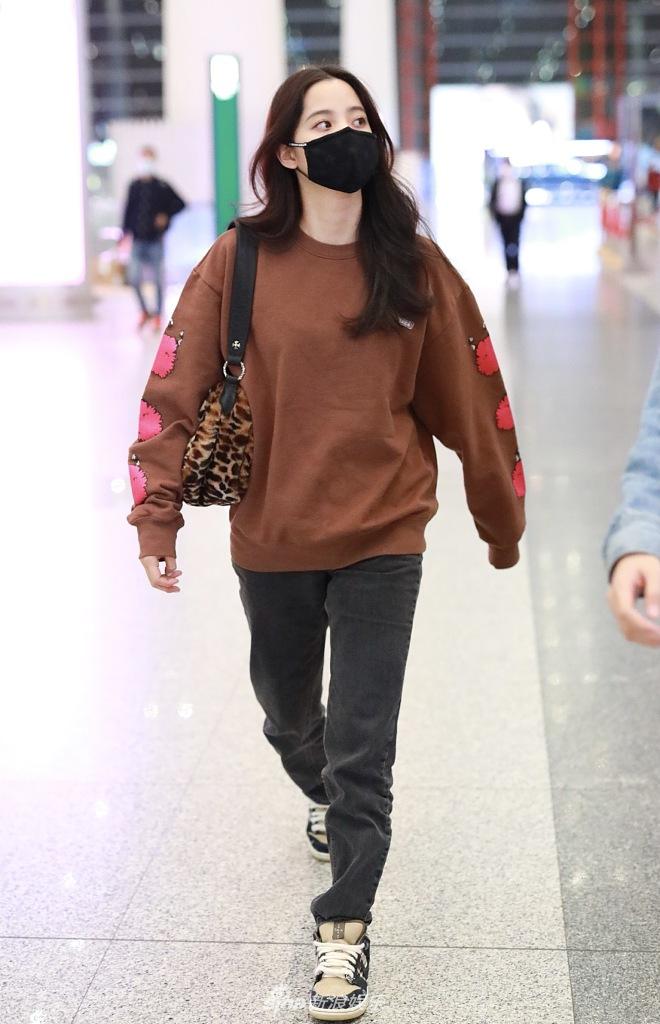 组图:欧阳娜娜长发飘逸时髦有范儿 穿卫衣挎豹纹包示范秋日穿搭