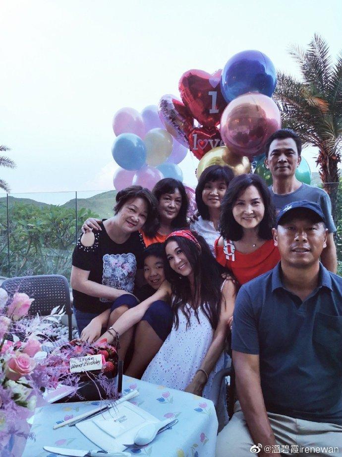组图:温碧霞与家人提前庆生温馨幸福 白裙红发箍显异域风情