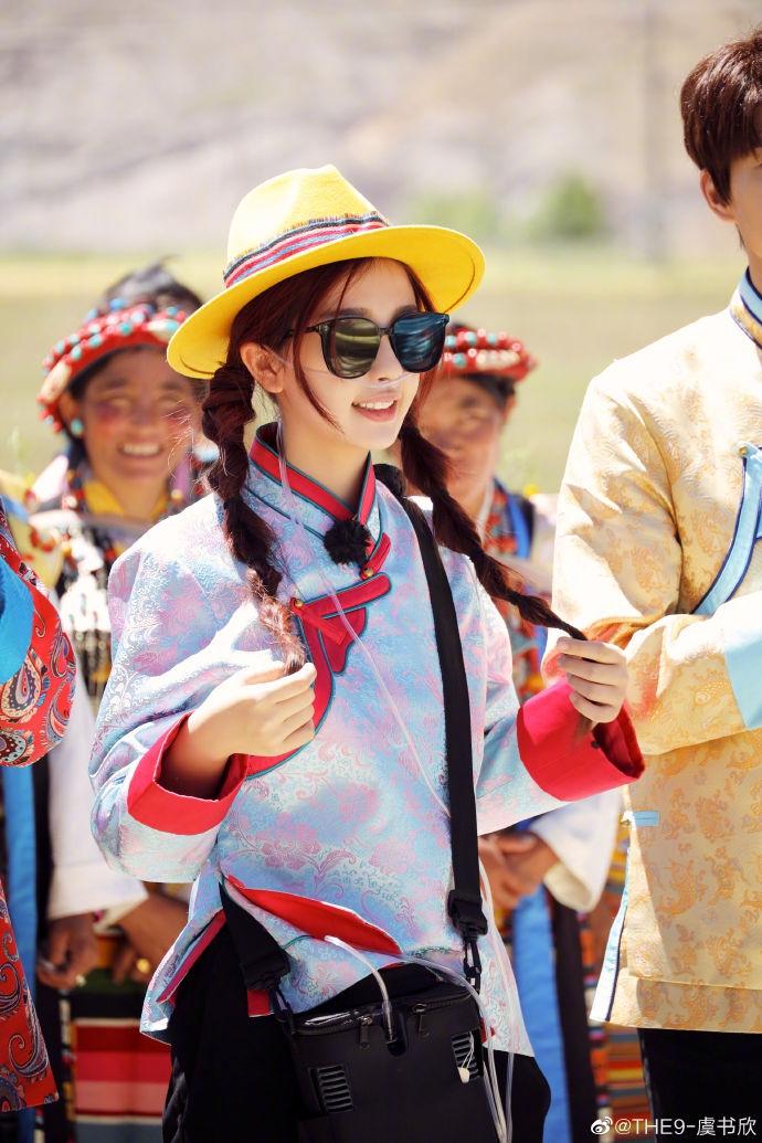 组图:虞书欣穿传统民族服饰清丽 自曝曾因高原反应一直吸氧