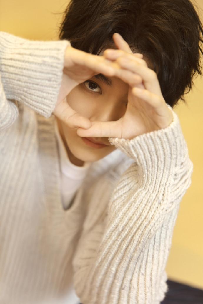 组图:王俊凯21岁生日写真曝光 穿针织毛衣配白T清爽又温暖