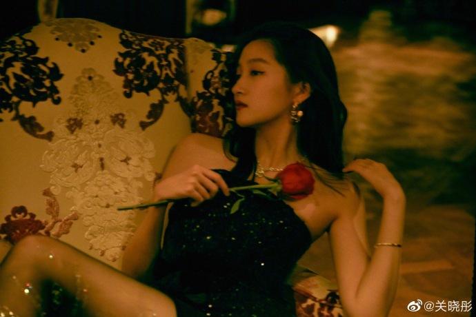 组图:关晓彤穿抹胸亮片裙配黑丝袜 手拿玫瑰秀长腿风情万种
