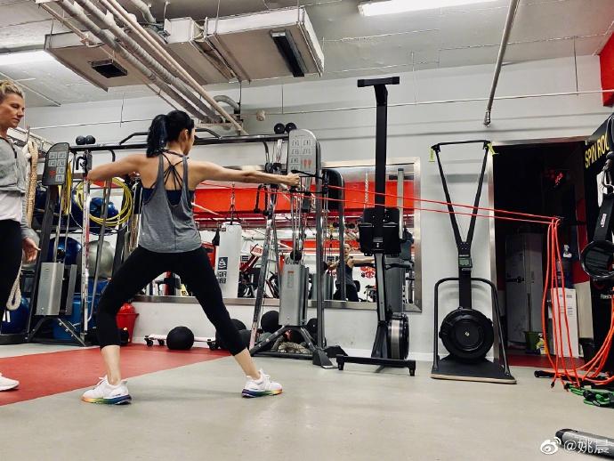 组图:姚晨食量跟着训练量加大 身材紧实肌肉线条分明