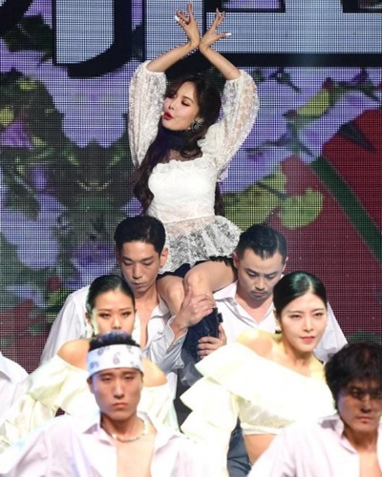 泫雅与金晓钟回归舞台曝光 不惧男友眼光被猛男公主抱