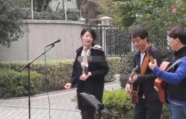 组图:网曝李亚鹏女友近照 现身街头唱歌气质优雅有韵味