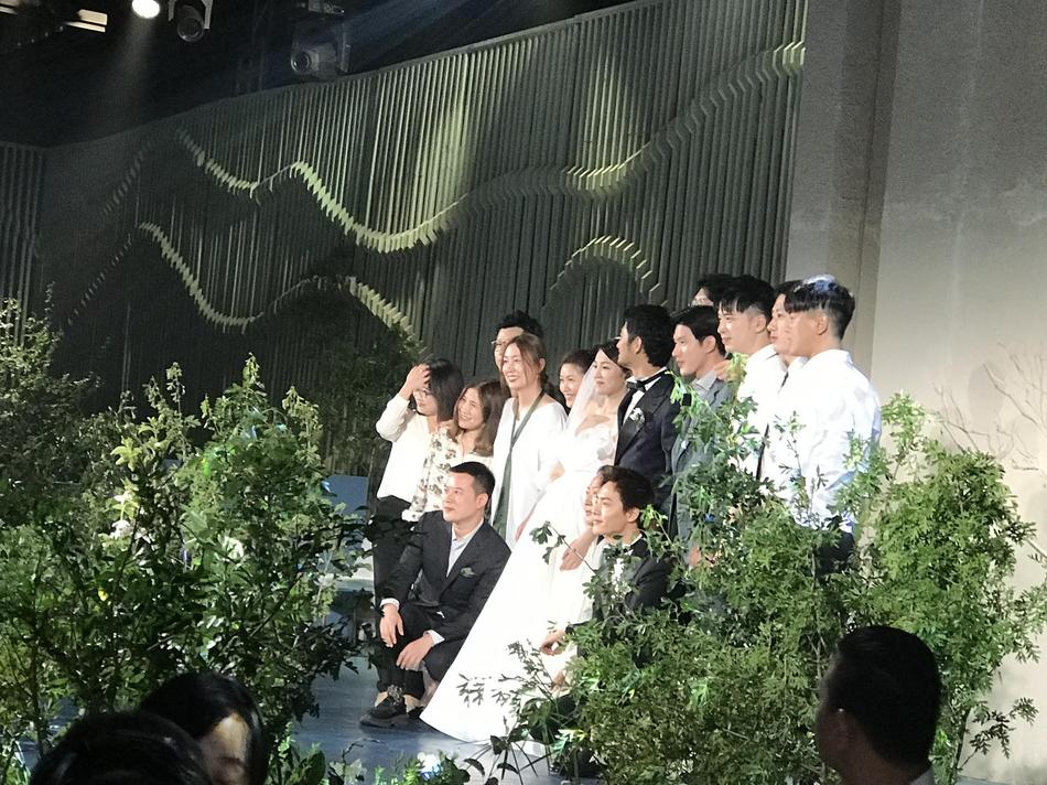 """组图:张晓晨婚礼现场照曝光 """"好男儿""""与一对新人合影笑开怀"""