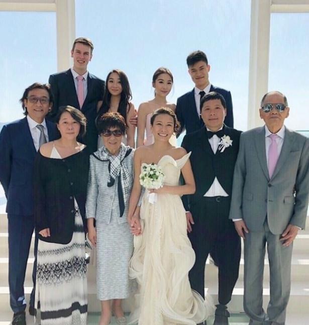 梁家辉妹妹日本大婚 两女儿带着男朋友照全家福