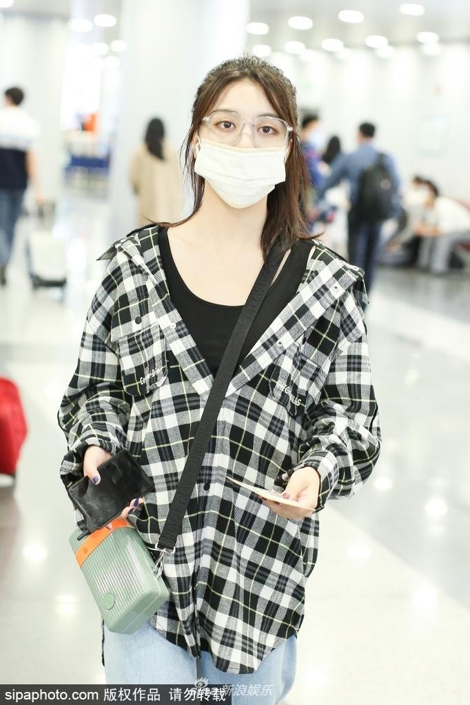 组图:刘人语穿格纹衬衫休闲有范 扎丸子头戴金丝眼镜清新文艺