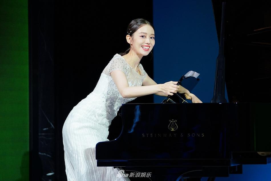 组图:郎朗娇妻吉娜穿仙美白裙优雅迷人 倚钢琴秀婀娜曲线