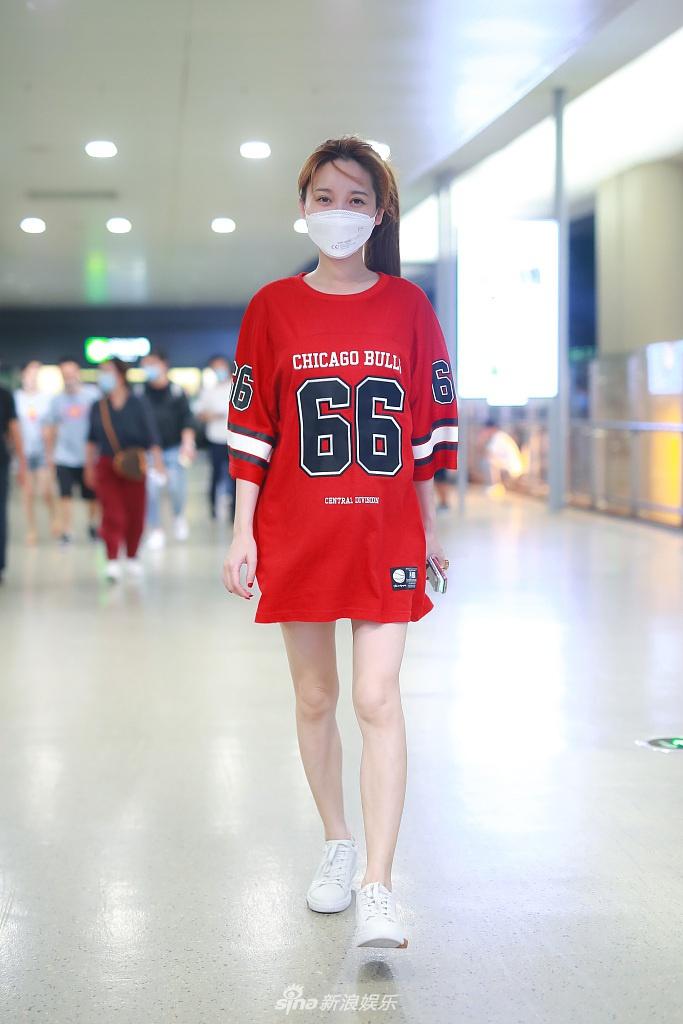 组图:金莎穿红色长T恤玩下衣消失 素颜搭机皮肤白嫩超冻龄