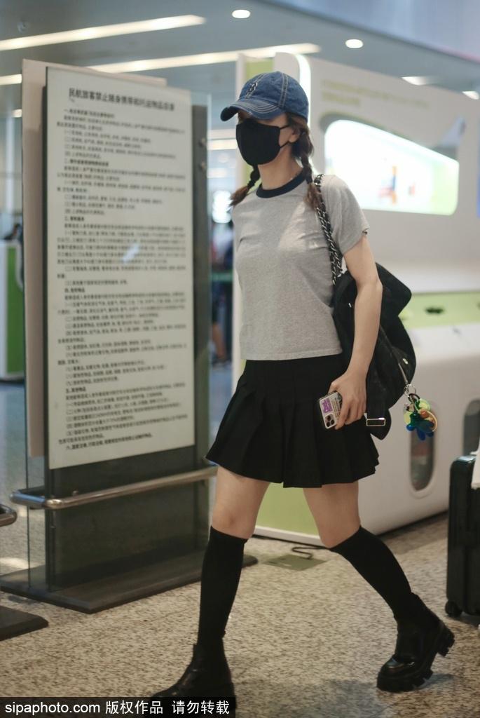 组图:吴昕灰色T恤搭黑色百褶短裙清新亮相 扎双马尾俏皮减龄