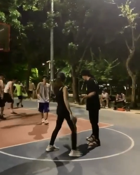 周杰伦晒与昆凌打篮球画面 传球跑位配合默契