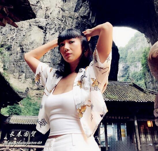 组图:歌手张咪33岁女儿近照曝光 身材高挑穿背心曲线傲人