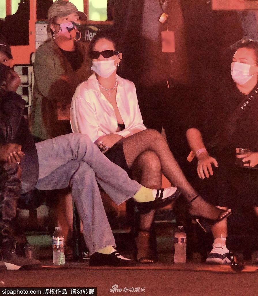 组图:蕾哈娜机车事故受伤后首现身 穿白衬衫性感时髦状态不错