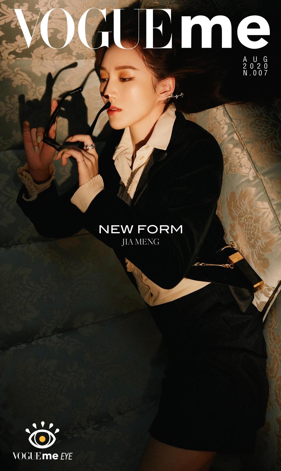 组图:孟佳新封面英伦风穿搭精致时髦 波浪卷发尽显成熟女人味